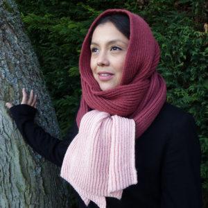 Longue écharpe bi-couleur rose tricotée par Charlotte Tricote. Grande, pratique, tiens bien chaud pour l'hiver.