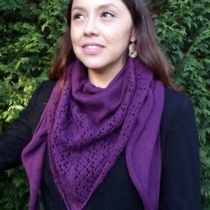 Châle violet de demi-saison en 100% coton tricoté avec un joli point dentelle par Charlotte Tricote. Achat en ligne sur mon site charlotte-tricote.fr
