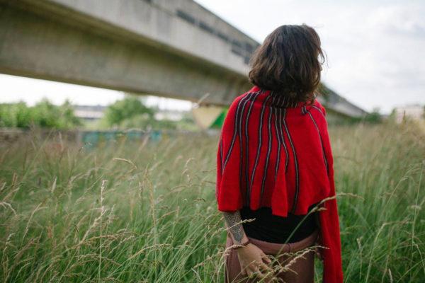 châle rouge et gris tricoté avec un mélange de laine, apporte chaleur et originalité. Achet en ligne sur mon site charlotte-tricote.fr