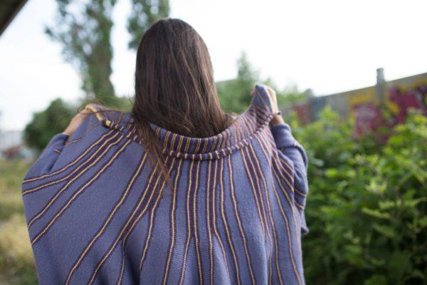 châle violet et jaune, poncho ouvert, très pratique et chaud. Apporte de l'originalité à une tenue. Achat en ligne sur mon site charlotte-tricote.fr