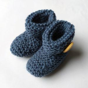chaussons naissance tricotés à la main au point mousse par charlotte tricote.