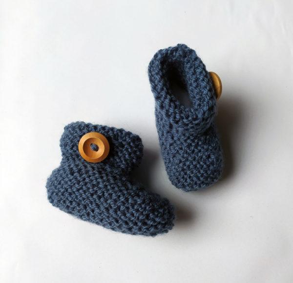 chaussons bleus en tricot pour bébé, souples et élastiques.