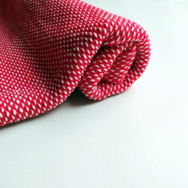 couverture rouge et blanche, douce, idée pour un cadeau naissance.