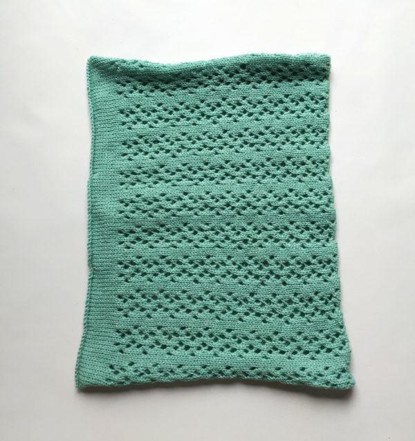 Cache cou tricoté avec un beau point dentelle.