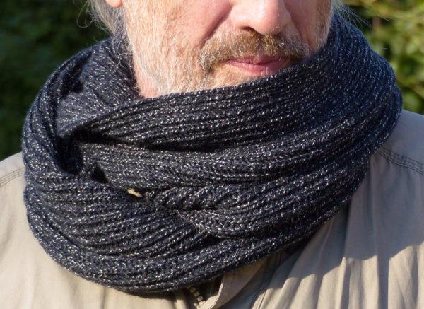 Snood double tricoté avec un mélange laine-polyamide, bien chaud.
