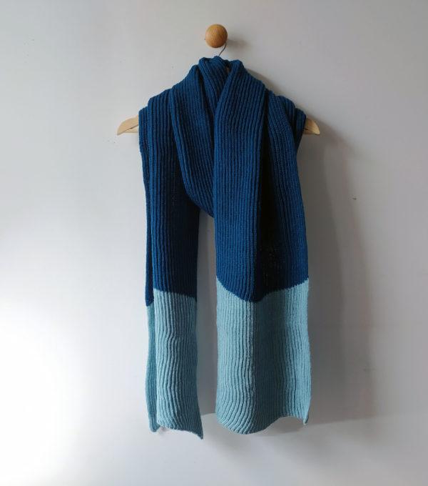 Longue écharpe bi-couleur tricotée par Charlotte Tricote. Grande, pratique, tiens bien chaud pour l'hiver.