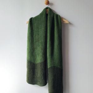 écharpe chaude vert kaki confectionnée par Charlotte Tricote.