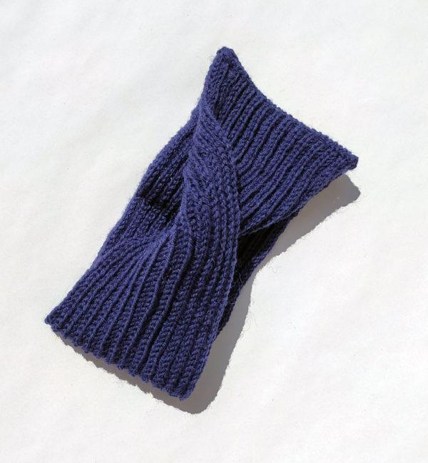 Bandeau femme tricoté avec un mélange laine-polyamide. Headband réalisé par Charlotte Tricote. Tour-de-tête violet.