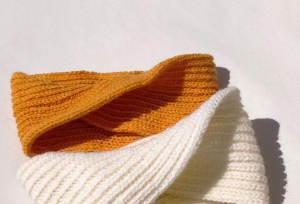 chauffe-tête orange tricotée dans les Hauts-de-France.