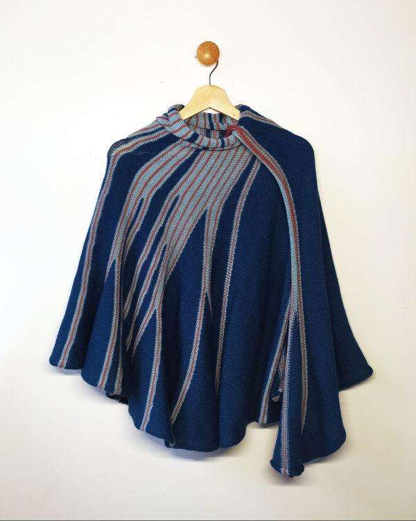 Châle bleu, bleu clair et rose, style cape conçu par Charlotte Tricote.