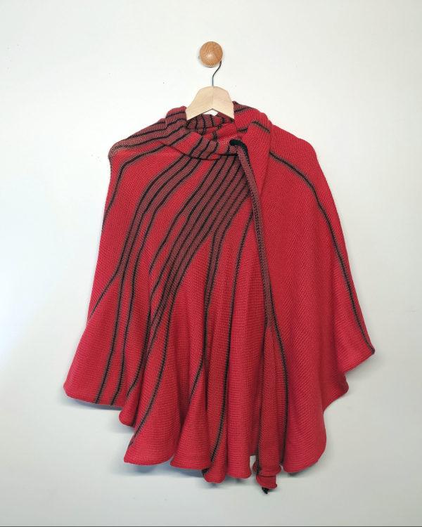 Châle tricoté avec de jolies couleurs corail, rose et gris par Charlotte Tricote.