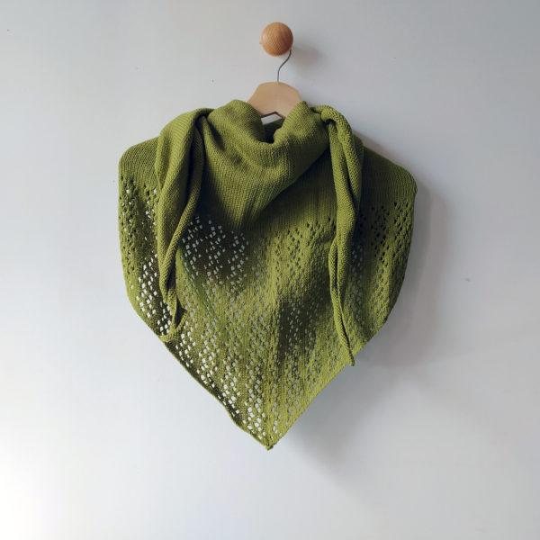 Châle de demi-saison en coton tricoté avec un joli point dentelle par Charlotte Tricote.