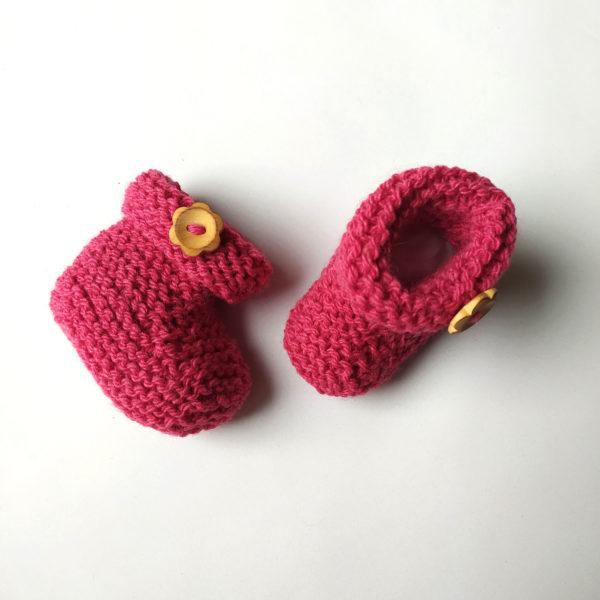 chaussons naissance rose 0 à 1 mois, tricotés au point mousse avec du fil bien chaud par charlotte tricote.