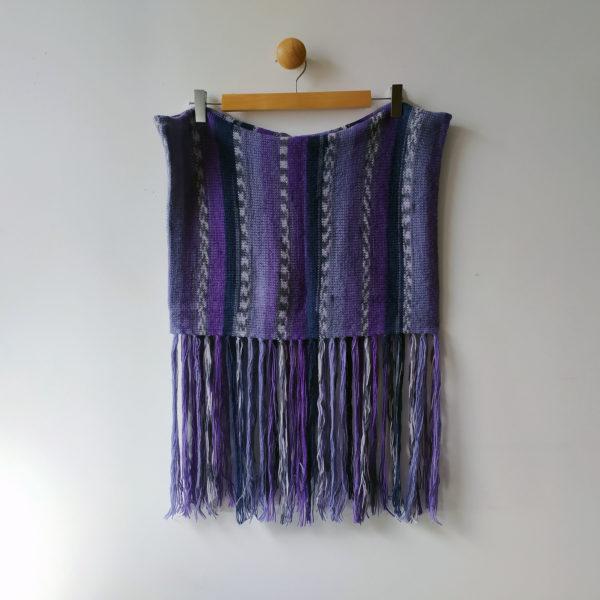 Couvre-épaules tricoté avec des franges. Il apporte une trouche d'originalité à votre tenue, par Charlotte Tricote.