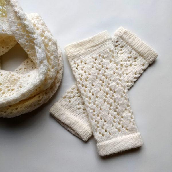 Mitaines tricotées avec un point ajouré en laine et polyamide par Charlotte Tricote.