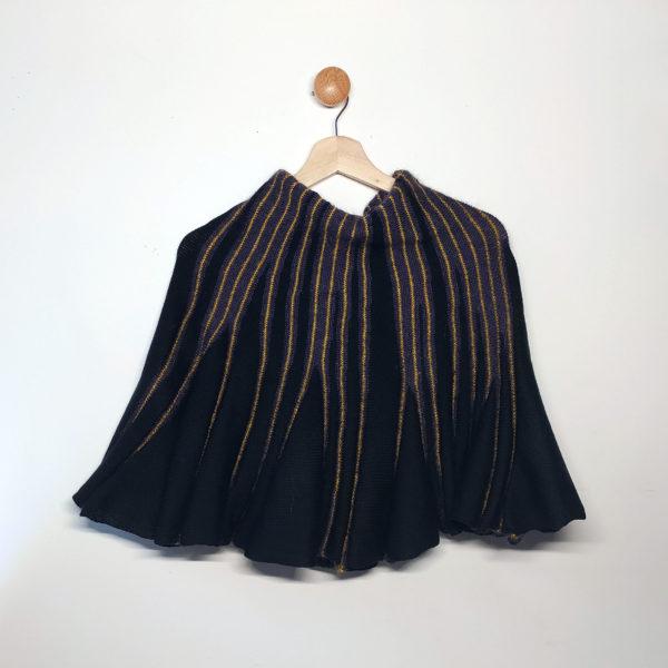 Châle noir, violet et jaune style poncho crée par Charlotte Tricote.