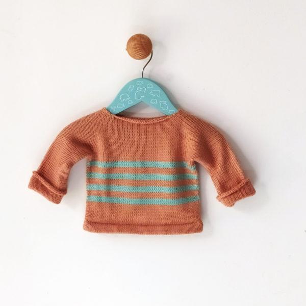 pull bébé saumon-bleu tricoté avec une maille toute douce, idée de cadeau naissance.