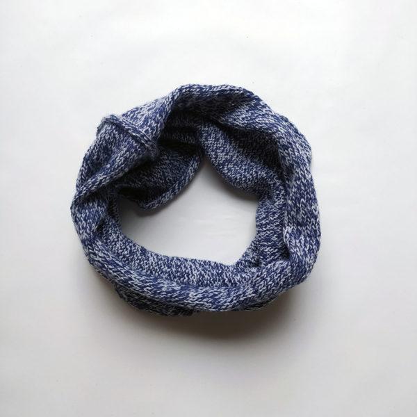 snood simple tricoté en jersey avec un mélange de laines bleu chiné.