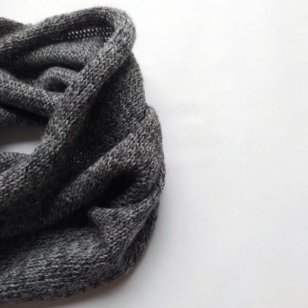 tour de cou gris chiné, en laine. Apporte chaleur et confort.
