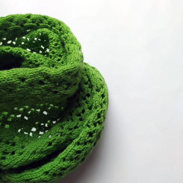 Snood tricoté avec un beau point dentelle par Charlotte Tricote.