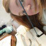 Charlotte Thieffry, la créatrice entrain de tricoter sur sa machine à tricoter manuelle gros fil.