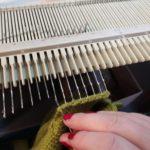 zoom sur ma machine à tricoter, assemblage de tricot.