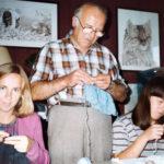 Maman, papi et ma tante Joëlle entrain de tricoter des vêtements bébé.