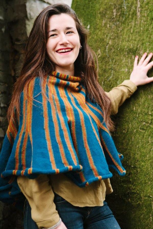 châle bleu, vert et rouge tricoté avec un mélange de laine.