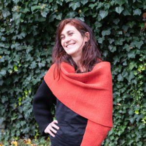 écharpe-gilet tricotée en laine recyclée par Charlotte Tricote. Réalisation française.