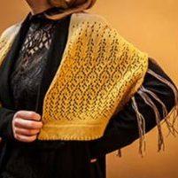 étole tricoté en 100% laine pour un concours. Teinture naturelle, dentelle, volume et motif original.