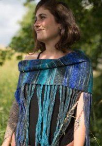 tour d'épaules tricoté avec un mélange de laine et franges.