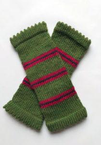 Mitaines Ginkgo tricotées avec des rayures par Charlotte Tricote.